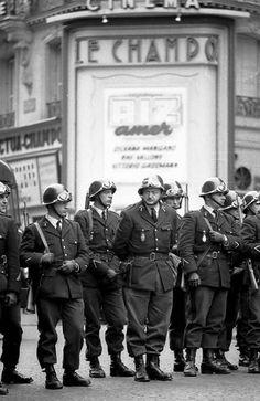 Mai 1968 à Paris à l'angle de la rue des Ecoles et de la rue Champollion (5ème arr.) (Michel Baron)