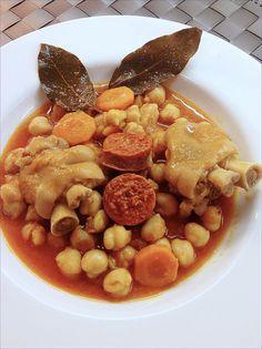 Sigo con la comida tradicional. Bueno, nunca o casi nunca me desprendo de ella pero, esta vez, la receta forma parte de los platos inevi...