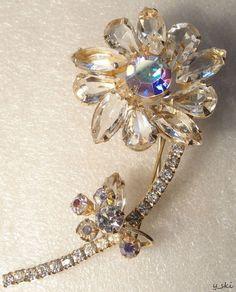 Vintage JULIANA style Clear Glass Rhinestone Petals Stemmed Flower Floral Brooch #unsignedbeauty