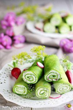 Delikatne, cieniutkie i cudownie zielone naleśniki szpinakowe z serkiem śmietankowym i ziołami to idealna propozycja na lekki obiad lub leniwe śniadanie! Naleśniki szpinakowe są bardzo uniwersalne – można przygotować z nich zarówno wytrawne danie jak i wersję na słodko np. z serkiem mascarpone i owocami. Ja podałam je z delikatnym śmietankowym serkiem z dodatkiem świeżych … Crepes, Healthy Desserts, Healthy Recipes, Salty Foods, Tasty, Yummy Food, Meat Recipes, Kids Meals, Food And Drink