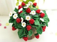Клубника крючком в горшочке. Схемы вязания декоративного комнатного растения - цветущей клубники, для украшения интерьера или создания handmade подарка.