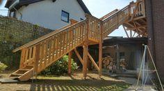 Holzbalkon Bau mit Treppe in den Garten www.zimmerei-massivholzbau.de