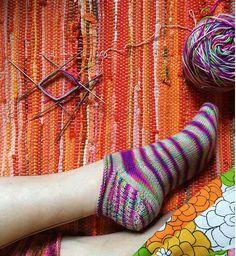 Nemme ankelsokker, som kan strikkes til hele familien. De er her strikket i strømpegarn og kan selvfølgelig både strikkes ensfarvede og i farveskiftegarn. Pinde 2½. Læs mere ...