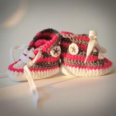 Baby Tschax gehäkelt in pink/grau von rheinstück. Nachhaltig mit Liebe gemachte Babyschuhe!