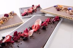 リーガロイヤルホテル東京のバレンタイン限定チョコレート、フラワーをあしらった華やかな一品