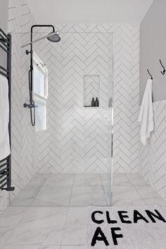 Metro Tile Bathroom Ideas: Gorgeous Bathrooms With Metro Tiles - Bathroom - Duschen - Badezimmer Metro Tiles Bathroom, Bathroom Colors, Gold Bathroom, Brown Bathroom, Master Bathroom, Bathroom Accents, Washroom Tiles, Bathroom Feature Wall, Turquoise Bathroom