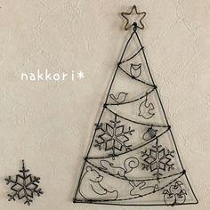 コツさえつかんでしまえばさっと作れるワイヤーアートは季節のモチーフ作りにもぴったり。クリスマスらしいモチーフが楽しいツリーの壁掛け/吊り下げオブジェ。 Minimalist Christmas Tree, Nordic Christmas, Wire Ornaments, Beaded Christmas Ornaments, Wire Crafts, Diy And Crafts, Arts And Crafts, Wire Wall Art, Metallica