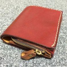 ミニサイズですが、お札入れやカードポケット、ラウンドファスナー小銭入れと機能が充実でメイン財布として使えるソフトレザーのミニ財布。ホック一つ留めで開け閉めも簡単です。