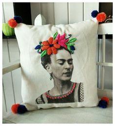 Almohadón Frida Kahlo Sublimación y Bordado. Adquirilo en Nyb Regalos. Hurlingham BsAs.