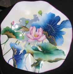 Lotus stylisés sur un plat gondolé selon la méthode traditionnelle Hand Painted Porcelain, Oil Painting Flowers, Glass Painting, Porcelain Painting, Ceramic Painting, Painting, Beautiful Flower Drawings, Lily Painting, China Painting