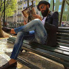 Portuguese Dandys Movement reading DOZE magazine