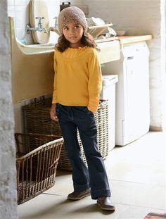 Schönes Herbstoutfit von Vertbaudet: Mädchen Bootcut-Jeans aus angenehmen Stretch-Denim kombiniert mit einem traumhaft schönem Mädchenpullover aus Glattstrick mit Voile-Einsätzen am Ausschnitt und den Ärmeln.