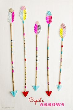DIY arrows, perfect match for little Indians - Valentine's Day ideas 💘 Indian Diy, Indian Crafts, Diy Home Crafts, Diy Arts And Crafts, Paper Crafts, Anniversaire Cow-boy, Diy For Kids, Crafts For Kids, Indian Birthday Parties