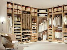 Угловая гардеробная комната с винтовой штангой и выкатными открытыми ящиками