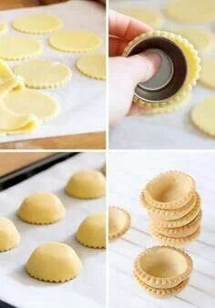 Preparare cestini di pasta frolla Dopo aver formato i cerchi di pasta frolla, appoggiare sopra una formina e cuocere nel forno. Aspettare che siano freddi prima di rimuovere le formine.  Hogyan készítsünk omlós tészta kosárkákat:  miután ki szaggatta a kívánt tészta mennyiséget, simitsa azokat a kis sütő formák külső oldalára és így süsse meg a sütőben. Várja meg amíg teljesen ki hűl, mielőtt el távolítanà a formàkat.