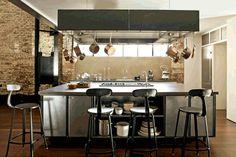 Loft industriel avec une cuisine vraiment dans ce style là. Avoir chaise, table, frigo, lave vaisselle, évier, ... tout à ma hauteur (je suis grande).