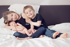 newborn/sibling photos - family cuddles on the bed - love! Sibling Photos, Newborn Pictures, Baby Pictures, Baby Photos, Family Photos, Newborn Pics, Family Portraits, Newborn Sibling, Newborn Shoot