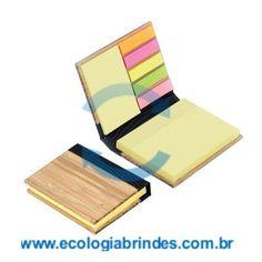 Bloco Bambu eco 031. Bloco de Anotações com capa em Bambu e 6 cores autocolantes. Dimensões: 11 x 8,5 x 2 cm. Incluso 96 folhas. Gravação: Laser na capa.