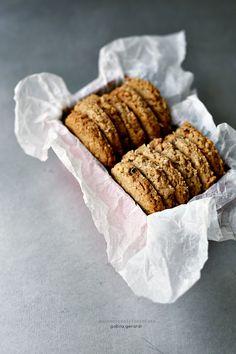 Il biscotto è veloce, versatile e c'è sempre tempo per prepararlo. Porta via poco di ogni cosa.....pochi gli ingredienti da mescolar...