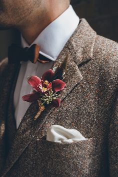 The epic details in this styled shoot transported us back to the where vintage meets modern. A combination of florals and a brown suit make for a groom that wants a clean and chic style. groom outfit Best of Bouts & Bouquets Vintage Wedding Suits, Vintage Groom, Wedding Men, Wedding Groom, Wedding Attire, Boho Wedding, Dream Wedding, Tweed Wedding Suits, Fall Wedding