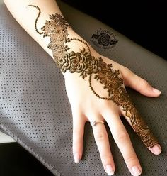 This stunning henna piece from What you guys think of this henan design to be get done this eid ♥️ Khafif Mehndi Design, Floral Henna Designs, Finger Henna Designs, Henna Art Designs, Dulhan Mehndi Designs, Mehndi Design Pictures, Mehndi Designs For Fingers, Beautiful Mehndi Design, Henna Mehndi