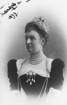 1899 Margarethe Thurn & Taxis deblue in a diamond and pearl tiara@thurn59@Carolyn Thurn-Alarcon