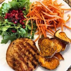 Almuerzo saludable perfecto!  1/2 plato vegetales frescos ( ensalada de rugula + granada y zanahoria), 1/4 plato chips de batata + 1/4 plato de hamburguesa de pescado! #ricoysaludable #SoySaludableEnLaCocina ❤️ #metododelplato
