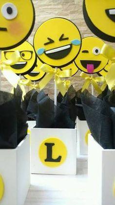 Resultado de imagem para centro de mesa dos emojis Emoji Theme Party, Emoji Party Supplies, Party Themes, Birthday Party For Teens, Twin Birthday, 60th Birthday Party, Epic Emoji, Crafts, Ideas Para