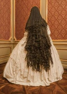 Elisabeth's weelderige kastanjebruine haren reikten bijna tot aan de grond.