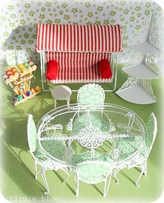 Dollhouse patio set, but I love the styling of it for a real one! Miniature Furniture, Dollhouse Furniture, Vintage Patio Furniture, Porches, Bedroom Furniture Makeover, Barbie Diorama, Living Room Furniture Arrangement, Dollhouse Accessories, Furniture Showroom