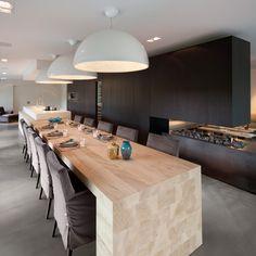 Deze woonkeuken is perfect voor een grote familie en de ultieme knusse sfeer wordt gevormd door de grote haard.