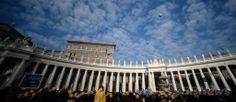 バチカン(Vatican)のサンピエトロ広場(St Peter's Square)で、ローマ・カトリック教会のフランシスコ(Francis)法王の新年のお告げの祈りを聞く人々(2014年1月1日撮影)。(c)AFP/FILIPPO MONTEFORTE ▼2Jan2014AFP ローマ法王、新年の祈りで世界の連帯を訴える http://www.afpbb.com/articles/-/3005898 #Vatican #Vaticanae #Vaticano #St_Peters_Square