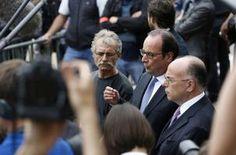 François Hollande (c) entouré du maire de Saint-Etienne-de-Rouvray Hubert Wulfranc et du ministre de l'Intérieur Bernard Cazeneuve (d), s'adresse à la presse, le 26 juillet 2016 à saint-Etienne-de-Rouvray -