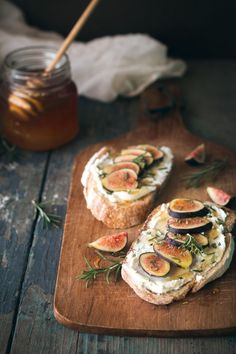 Fig, Rosemary, & Goat Cheese Tartines Will Cook For Friends Bruschetta, Candied Walnuts, Pistachios, Gula, Cooking Recipes, Healthy Recipes, Fig Recipes, Party Recipes, Healthy Food