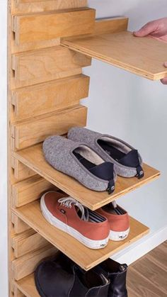 These simple hacks will make your room look so different and organized. de entrada para zapatos Unique Shoe Organizer For A Decluttered Closet - DIY Room Organization Ideas Woodworking Projects Diy, Woodworking Bench, Diy Wood Projects, Furniture Projects, Furniture Design, Furniture Storage, Woodworking Techniques, Furniture Legs, Barbie Furniture