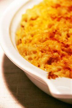 Mac'n cheese      400 g de pâtes     45 g de beurre     30 g de farine     1/2 c. à c. de sel     1/2 c. à c. de graines de moutarde     1/4 c. à c. de poivre     1/8 c. à c. de paprika     50 cl de lait     200 g de cheddar râpé