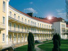 """Durch die zentrale Lage am Nordrand des Thüringer Waldes ist das 3-Sterne-Superior Hotel """"Am Burgholz"""" der ideale Startpunkt für Thüringen-Touristen. Unser Haus ist über die kurze Anbindung zur A4 (Abfahrt Waltershausen) rasch zu erreichen. Ebenso kurz ist Ihre Ausflugsfahrt zu den sehenswerten Thüringer Städten Gotha, Eisenach, Erfurt und Schmalkalden."""