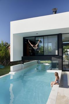 How would you like to dive from the interior of your home into a pool? Grand Bell House by Andres Remy Arquitectos