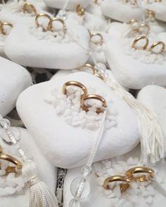 Μπομπονιέρες γάμου valentina-christina ,μπομπονιέρες αρραβώνα μεταλλικές βέρες με βότσαλο,πρωτότυπες χειροποίητες μπομπονιέρες γάμου καλεστε 2105157507 Wedding Candy, Gift Wedding, Wedding Stuff, Wedding Ideas, Weddings, Wedding Favor Crafts, Wedding, Blue Prints, Bodas