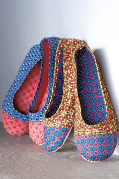 DIY shwe-shwe shoes inspired by the South African fabric. Deze doet het ook :D Diy Fashion, Fashion Shoes, Magazine Crafts, Diy Mode, Do It Yourself Fashion, How To Make Shoes, African Fabric, Diy Clothing, Sock Shoes