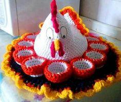 Porta ovos com galinha feito em crochê.
