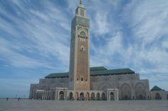 """""""De Hassan II Moskee is de grootste moskee van Marokko en de na één na grootste van de wereld. Alleen die van Mekka is groter. Omdat het vroeg was,was het nog niet zo druk en konden we zonder problemen de moskee van alle kanten bewonderen. Het was een enorm bouwwerk met titanium deuren, marmeren vloeren en uitgesneden houten sierwerk, welke ter plekke met de hand gemaakt was. De moskee ligt pal aan zee, de richting van de zalen richting Mekka."""""""