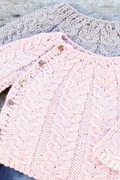 Strik en nuttet snoningstrøje til de mindste Baby Cardigan Knitting Pattern, Baby Knitting Patterns, Knitting Designs, Knitting Projects, Crochet Baby, Knit Crochet, Baby Barn, Knit Baby Sweaters, Knitting For Kids
