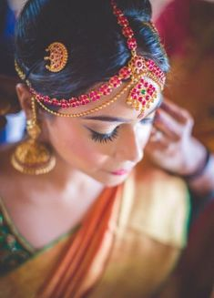 Traditional Southern Indian bride wearing bridal silk saree, jewellery and hairstyle. Silk Kanchivaram sar - New Site South Indian Bridal Jewellery, Indian Bridal Fashion, Indian Bridal Makeup, Bridal Jewelry, Indian Jewelry, Asian Bridal, Wedding Makeup, Wedding Story, Wedding Day