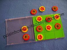 Jogo do galo com tampinhas e caixa de cd usada.