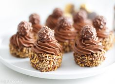 Ferrero Rocher is known by its delicious chocolate crust, covered with roasted hazelnut pieces and filled with chocolate mousse and a hazelnut in the center. Rolo Cookies, Honey Cookies, Mini Tortillas, Ferrero Rocher Cupcakes, Meringue Desserts, Chocolate Roll, Cupcake Youtube, Catering Food, Delicious Chocolate