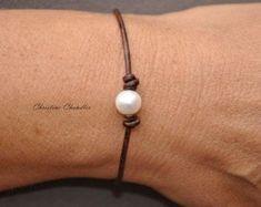 Artículos similares a Perlas y cuero celta nudo collar con Perla botón broche Metal pedazo de joyería - perla y la colección de joyas de cuero en Etsy