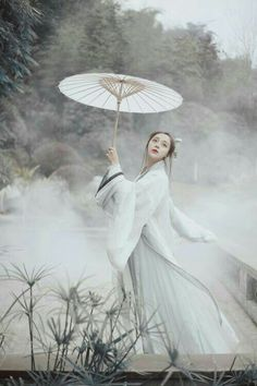 She wears hanfu in the style of the Wei/Jin Dynasties (魏晋): crossed-collar Ruqun/襦裙 and Daxiushan/大袖衫 (large-sleeve robe). Hanfu made by 司南阁/Sinange. Traditional Fashion, Traditional Dresses, Traditional Chinese, Hanfu, China Girl, Chinese Clothing, Chinese Culture, Cosplay, Chinese Style
