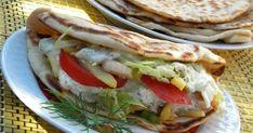 Gyros volt mai ebédnek tervezve, nagyszerű alkalom, hogy kipróbáljam Trollanyu joghurtos lepénykenyerét. Nagyon finom lett! A fotón l... Pita Pizzas, Hungarian Recipes, Hungarian Food, Naan, Scones, Finger Foods, Hamburger, Grilling, Sandwiches