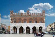 Piacenza Piazza Cavalli   www.cinesrl.it  #piacenza #fotovoltaico #risparmiaresullabolletta #pensaecologico #energierinnovabili (fonte http://www.comune.piacenza.it/)